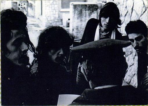 Manolo Torres y Ángel Galcerà junto a dos roadies  en la Aduana de Andorra ' 76