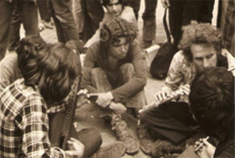 En Shakespeare i altres. d'esquena amb guitarra Ramon Soler.  Festival granollers 1971